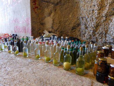 Бутылки с ракией и домашним вином около пляжа Каменево, Черногория