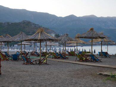 Комплект из двух лежаков и зонтика на пляже Черногории