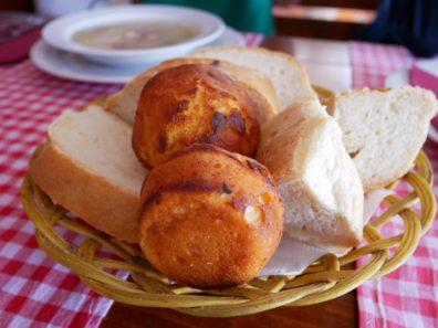 Разнообразный хлеб к чорбе в ресторане Kuzina, Будва, Черногория